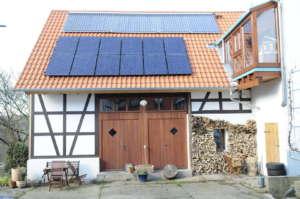 Fachwerkhaus mit PV- und Solarwärme-Anlage