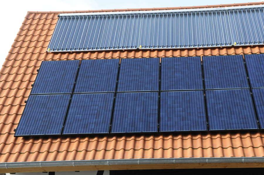 Solarstrom neben Solarthermieanlage